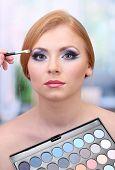 Retrato de mulher jovem bonita com fazer maquiagem no salão de beleza