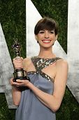 WEST HOLLYWOOD, CA - 24 de fevereiro: Anne Hathaway no Vanity Fair Oscar Party no Sunset Tower em Português