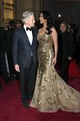 LOS ANGELES - 24 FEB: Michael Douglas, Catherine Zeta-Jones erreichen die 85. Academy Awards prese