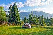 Campingplatz am frühen Morgen an der Küste