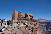 GRAND CANYON WEST, AZ - AUG 16: Tourist besuchen die Skywalk am Westrand des Grand Canyon auf Aug