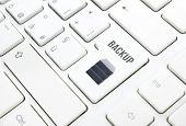 Concepto de la tecnología de copia de seguridad. Botón de disco duro o la tecla en el teclado blanco