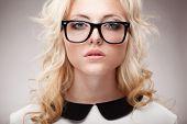 Porträt von blonde Frau mit Brille