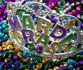 Una colorida corona de Mardi Gras encima de un grupo de cuentas de colores