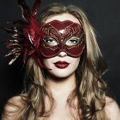 Постер, плакат: Красивая молодая женщина в красной таинственная маска