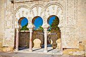 Bogen der Median Azahara Palace, Cordoba, Spanien. Andalusische Turist Attraktion.