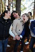 Gruppe von Teenager Urlaub während einer Reise im Wald