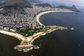 Vista aérea de águas poluídas com maré vermelha na praia de Copacabana e parte de Ipanema no Rio de Jane