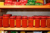 frascos de salsa de tomate en el estante de una tienda ecológica