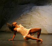 bailarín negro joven durante la actuación de pina bausch