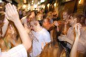 Estambul, Turquía - 25 de julio: Juventud turca disfrutar bailando en las calles de Taksim en Estambul, Tu