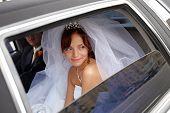 Braut in Hochzeitsauto