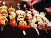 eine Vielzahl von aufgespießt Fleisch und Gemüse kochen auf dem grill