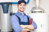 Plomero reparar un calentador de agua caliente