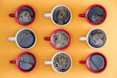 Постер, плакат: Mugs Of Black Coffee In Alternating Colors