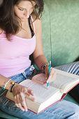 Mädchen zeigen eine Universität Buch, daß sie studieren