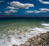 cloudscape dramática na costa do mar gregos de Corinto estreito