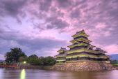 die historischen Matsumoto castle unter rosa Himmel, aus dem Jahrhundert in Matsumoto, japan.