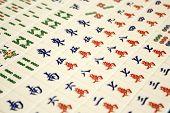 een geordende matrix van genummerde mahJong spelen stukken