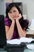 Secretaria aburrida en su escritorio