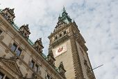 FrontView histórico ayuntamiento en Hamburgo, Alemania