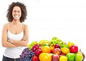 Joven sonriente con frutas y verduras. Fondo blanco aislado ver