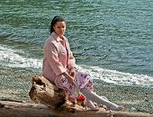 Mujer bonita Multi étnica triste en la playa