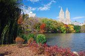 Panorama del Parque Central de Nueva York Manhattan en Lago de otoño con rascacielos y coloridos árboles ove