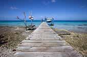 Barco de pescadores en la laguna azul