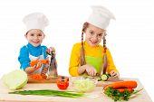 Dos niños haciendo ensalada