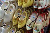 Sapatos de madeira