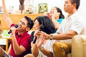 Asiatische Menschen singen in der Karaoke-Party und Spaß