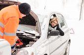 Homem mulher carro neve assistência inverno quebrado ferramentas mecânico de reparação
