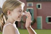 Closeup-Seitenansicht einer Hand zuweisen, dass Sonnenschutzmittel lächelnd Tochter Nase im freien
