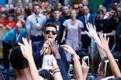 NOVA YORK-30 de julho: Cantor Robin Thicke executa na NBC Today Show no Rockefeller Plaza, em 30 de julho,