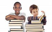 Adorable niño con muchos libros