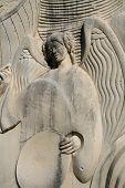 Ángel encantador en piedra