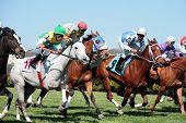 MAYS LANDING, NJ - 23 de abril: Jóqueis com seus cavalos descem reta 23 de abril de 2009, em