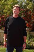 LOS ANGELES, 11 de julho: Winsor Harmon chega a Birgit C. Muller Fashion Show no rancho de Chaves