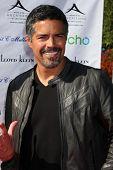 LOS ANGELES, 11 de julho: Esai Morales chega a Birgit C. Muller Fashion Show no rancho de Chaves J