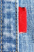 Blue jeans com close-up do rótulo vermelho