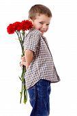 smiling Boy versteckt einen Strauß