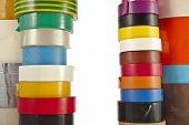 Frontera marco de multicolores Cintas aislantes rollo aislado sobre fondo blanco