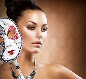 Schoonheid Model meisje met carnaval Mask.Masquerade Woman.Holiday kleding en make-up. Mode Brunette Por