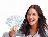 Porträt von aufgeregt junge Frau Geld in die Hand auf weißem Hintergrund hält