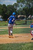 Постер, плакат: Teen ударяя бейсбол