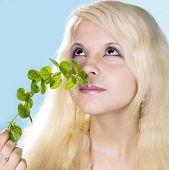 blond meisje geniet aroma van de munt