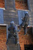 Polícia anti-terrorista durante A preto exercícios táticos