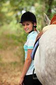 Frau neben ihrem Pferd
