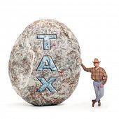 Постер, плакат: Экономика метафора Молодой человек держащий гигантский валун символ высоких налогов